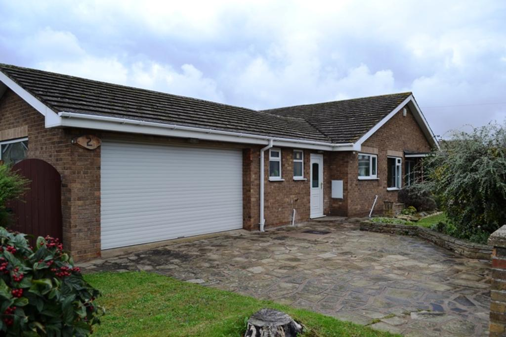 3 Bedrooms Detached Bungalow for sale in Grasby Crescent, Grimsby DN37