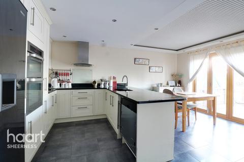 4 bedroom chalet for sale - Augustine Road, Sheerness