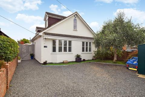 4 bedroom detached bungalow for sale - Oxford Avenue, Burnham, SL1