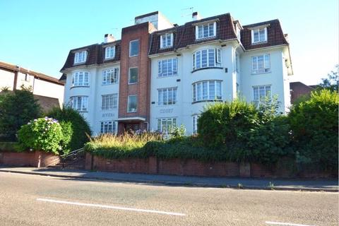 3 bedroom apartment for sale - Spacious refurbished three double bed apartment  close to town centre with parking