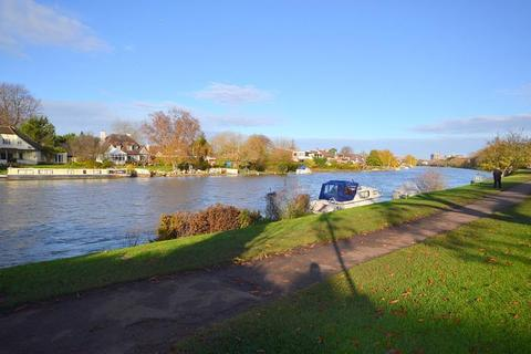 2 bedroom flat for sale - Nutbourne Court, Riverside Road, Staines-Upon-Thames, TW18