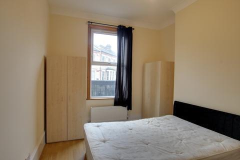 2 bedroom flat to rent - Hoe Street