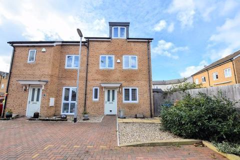 3 bedroom semi-detached house for sale - Greensleeves Drive, Aylesbury