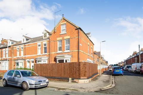 4 bedroom end of terrace house for sale - Carlton Street, Bridlington, YO16 4JR