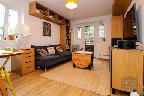 2 bedroom flat for sale - Daubeney Gardens., Fenton Road, London