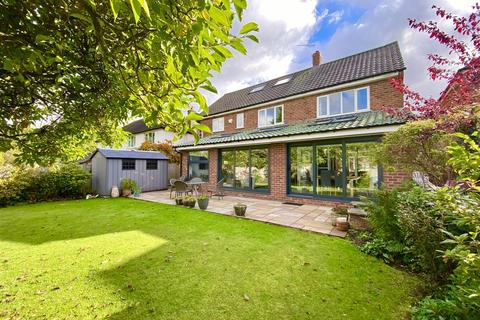 5 bedroom detached house for sale - Chapel Drive, Hale Barns, Altrincham