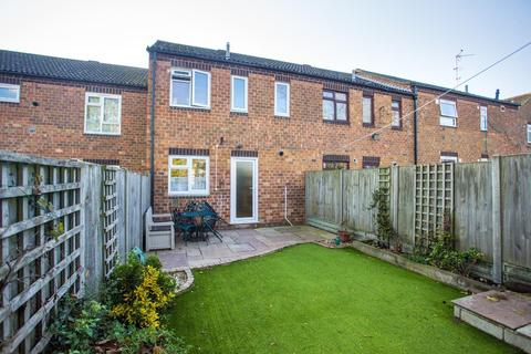 3 bedroom terraced house - Goldfinch Close, Faversham