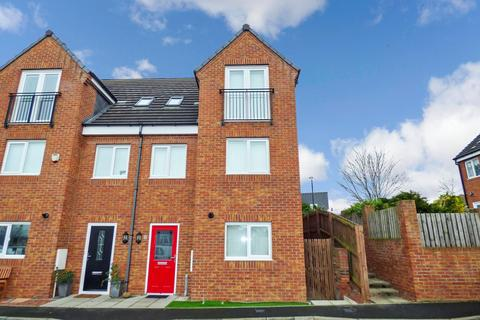 3 bedroom townhouse for sale - The Chase, Bedlington, Northumberland, NE22 6BY