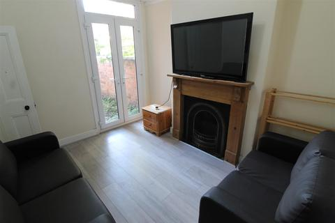 5 bedroom house - Beaconsfield Road, Leicester