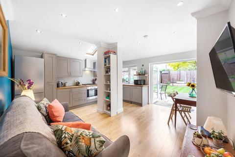 3 bedroom flat - Horsford Road, SW2
