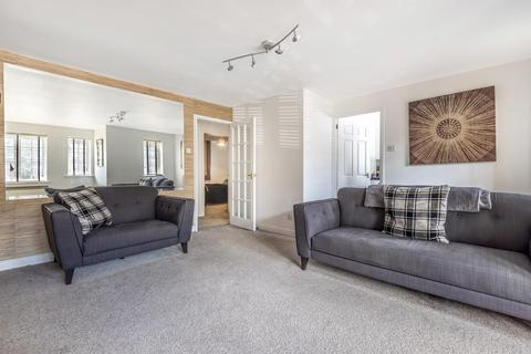2 bedroom flat - Gilbert Close, Shooters Hill