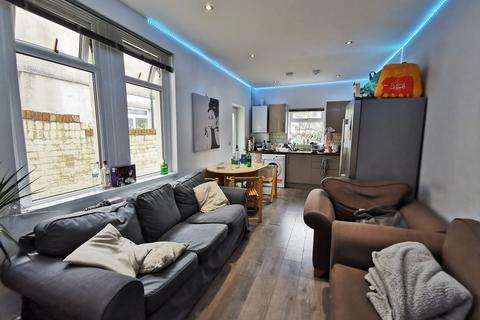 6 bedroom house - Mackintosh Place, , Cardiff