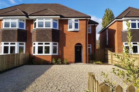 4 bedroom semi-detached house - Chalgrove Way, Emmer Green, Reading