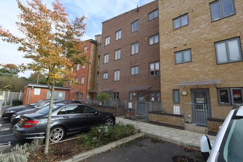 2 bedroom apartment for sale - Raven Close, Romford, RM7