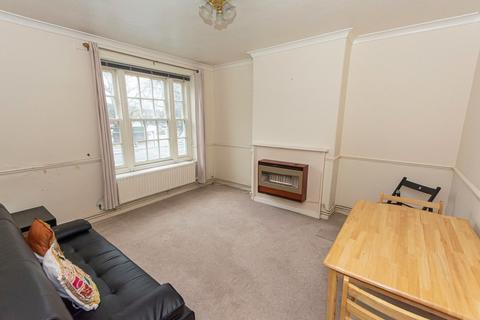 3 bedroom flat - Kennington Park Road, Kennington