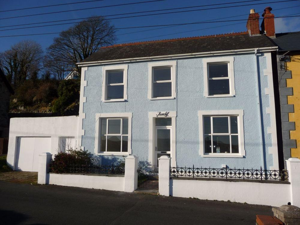 3 Bedrooms Semi Detached House for sale in Thorncliff, Glanymor Road, Goodwick, Pembrokeshire