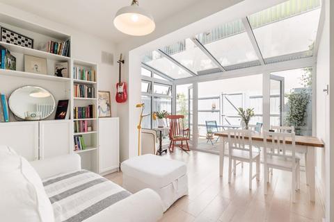 2 bedroom ground floor flat to rent - Valetta Road W3