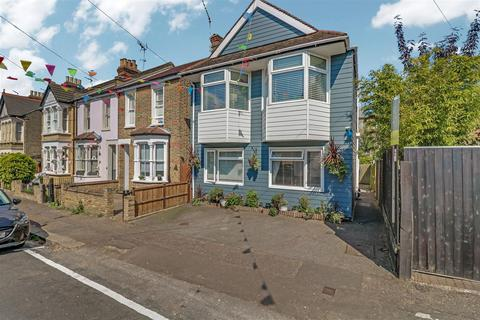 3 bedroom detached house for sale - Lymington Avenue, Leigh-On-Sea