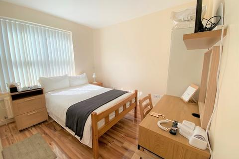 9 bedroom house share to rent - Chatsworth Gardens, Acton, London