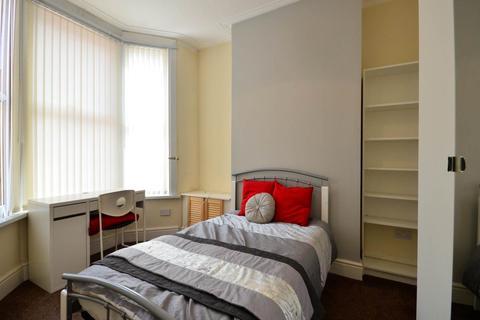 4 bedroom house share - Halsbury Road, Kensington,