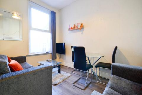 4 bedroom house share to rent - Hall Lane, Kensington,