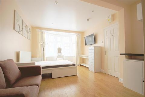 Property to rent - Tavistock Avenue, Perivale, Greenford