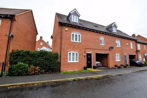 4 bedroom end of terrace house for sale - Petronel Road, Aylesbury