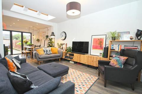 3 bedroom terraced house - Kingston Road, Willerby, Hull
