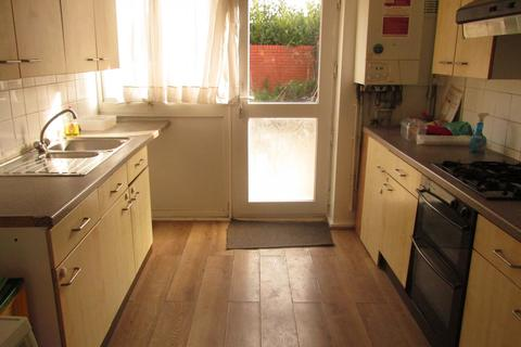 4 bedroom terraced house to rent - Crediton Road, Canning Town, E16