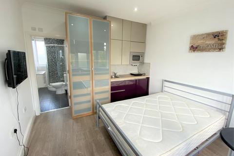 Studio to rent - Antrobus Road, Chiswick, London