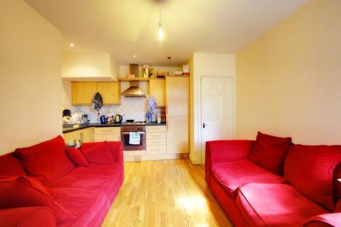 3 bedroom flat to rent - Helmsley Road, Sandyford,
