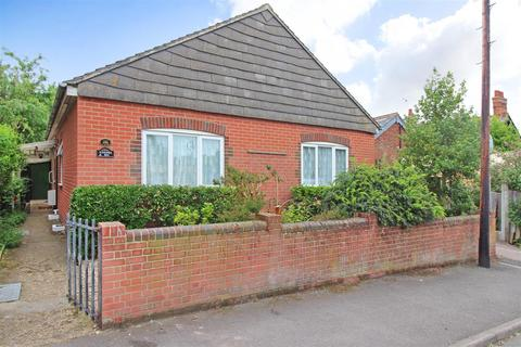2 bedroom detached bungalow for sale - Guildford Road, Canterbury