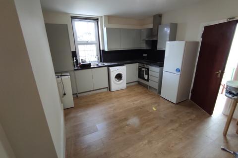 3 bedroom flat to rent - High Road, N2