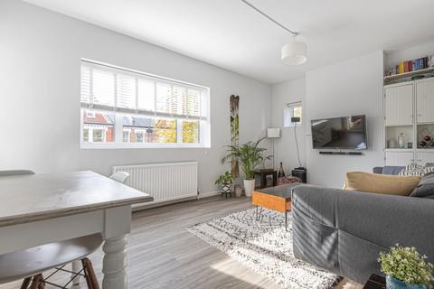 2 bedroom flat to rent - Lessar Avenue London SW4