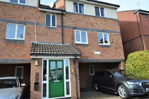 2 bedroom apartment to rent - Frensham Close, Southall