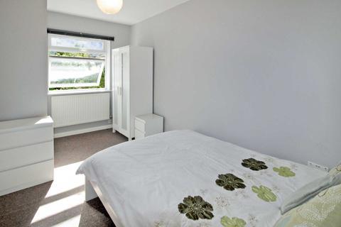 1 bedroom house share to rent - Room at Shrivenham Road, Swindon