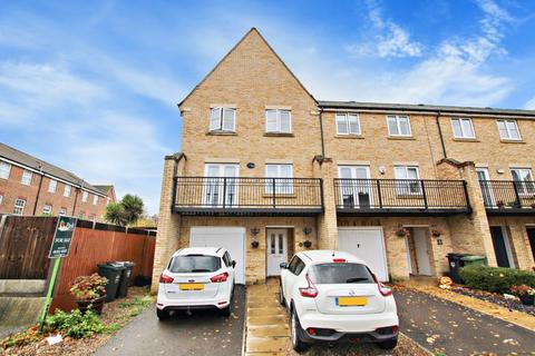 4 bedroom house to rent - Sandringham Drive, Dartford