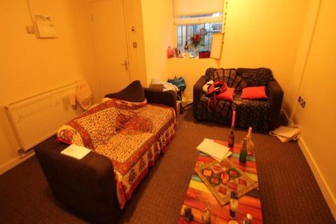 1 bedroom in a flat share to rent - Ash Grove, Hyde Park, Leeds, LS6 1AY