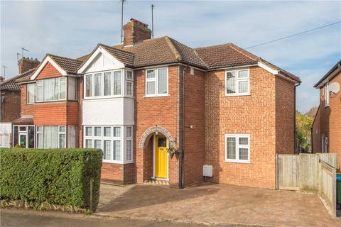 4 bedroom semi-detached house for sale - Walton Way, Aylesbury, Buckinghamshire, HP21