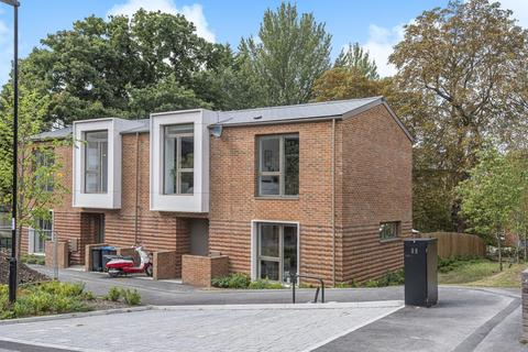 3 bedroom semi-detached house - Rushden Close, Crystal Palace