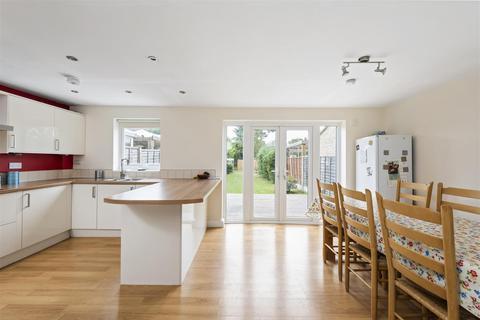 4 bedroom terraced house to rent - Victoria Road, Horley