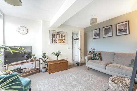 2 bedroom flat - Prentis Road, Streatham