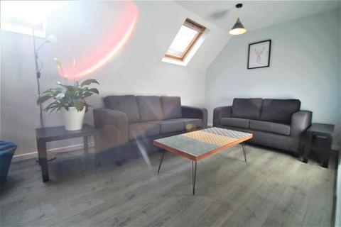 3 bedroom apartment to rent - Cliff Road Gardens, Hyde Park, LS6