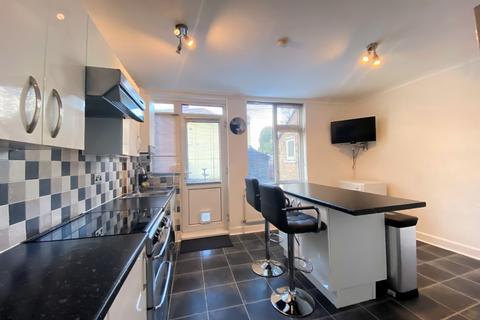 2 bedroom terraced house - Dagenham Road, Romford