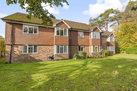 2 bedroom flat for sale - Trimmers Field, Farnham, GU9