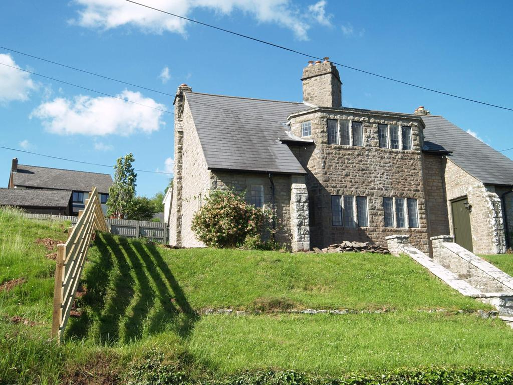 2 Bedrooms Semi Detached House for sale in Beacon View, Battle, Brecon, Powys