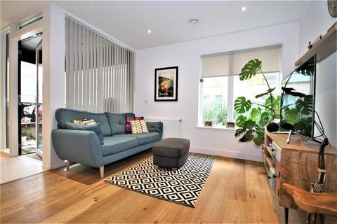 2 bedroom flat for sale - Peartree Way, London, SE10 0HZ
