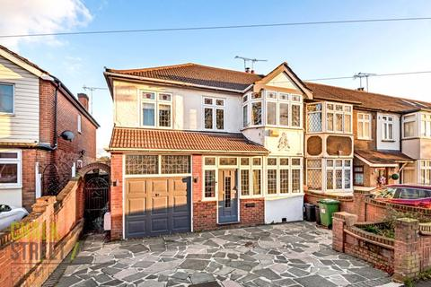 4 bedroom end of terrace house for sale - Belgrave Avenue, Gidea Park, RM2