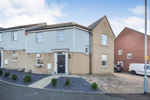 3 bedroom semi-detached house - Oak Drive, Southminster