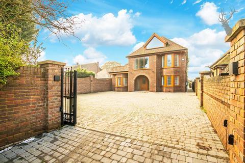 5 bedroom house to rent - Hoe Lane, Abridge, Romford